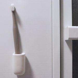 マーナのマグネット歯ブラシホルダーが壁にくっつくから水も切れて衛生的!レビューや感想を綴っています。